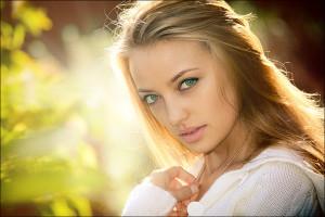Зеленые глаза и светлые волосы