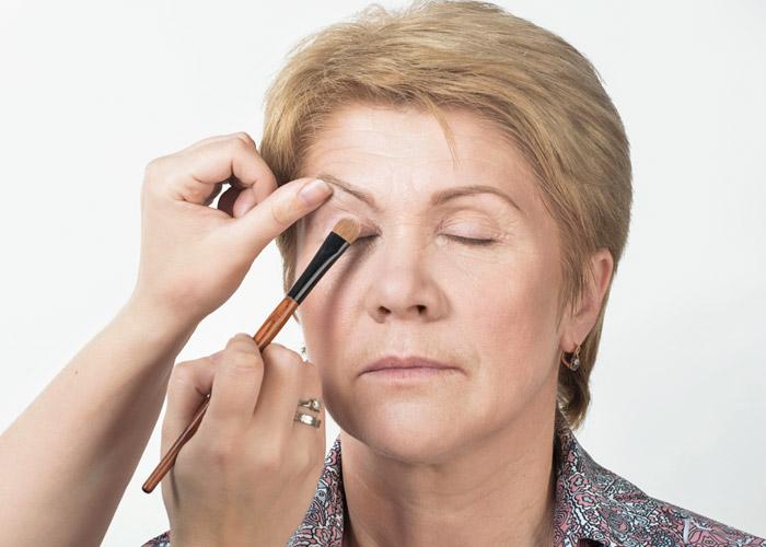 8ad12a507a3 Как сделать макияж в домашних условиях после 40 лет  фото пошагово