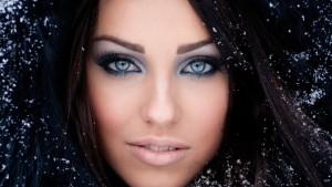Макияж для голубых глаз и темных волос