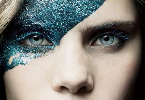 Макияж с блестками для глаз и лица